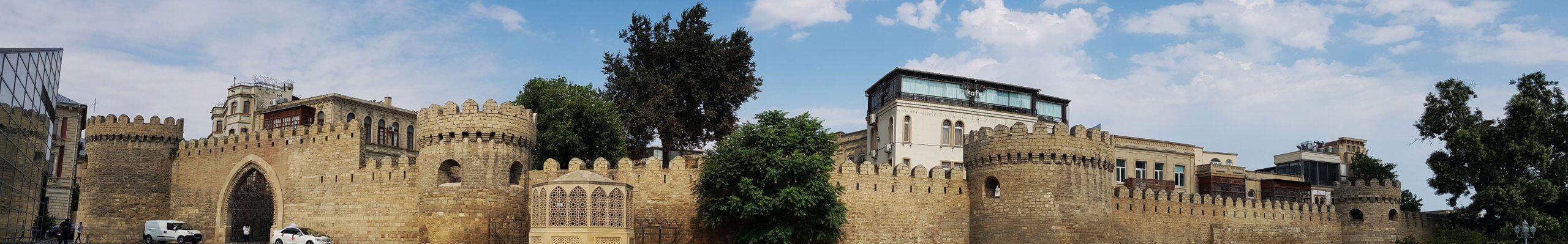Altstadt von Baku, von der Stadtmauer, die auf dem BIld zu sehen ist, umschlossen