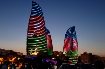 Flame Towers am ABend in Baku, Aserbaidschan